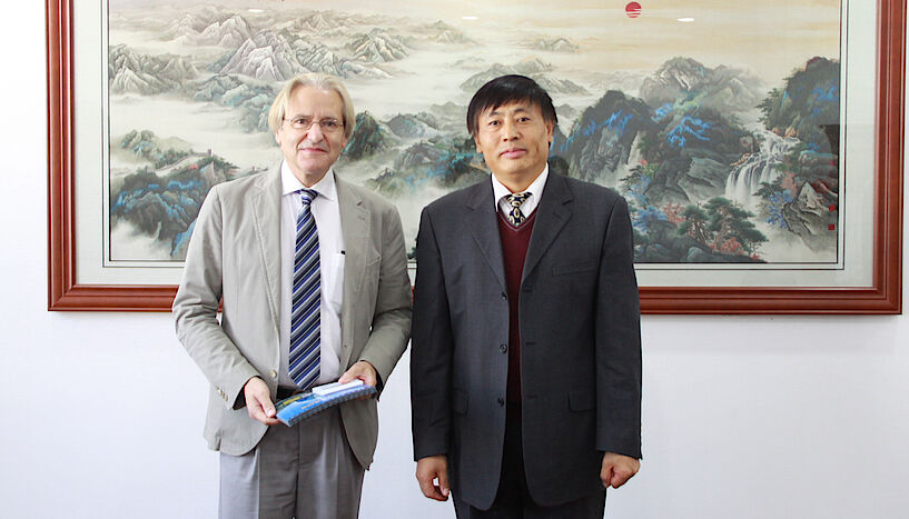 Wolfgang Kainz (li.) ist Preisträger des Wang Zhizhuo Awards 2020. Im Bild mit und Wang Quan, Direktor des Land Satellite Remote Sensing Application Center (LASAC), Ministry of Natural Resources, China
